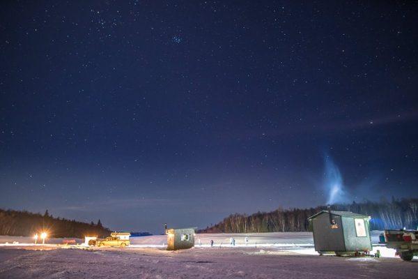 Village de pêche blanche de nuit